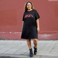 T-Shirt Kleid mit sehr tief angesetzter Schulterpartie und Drache Muster