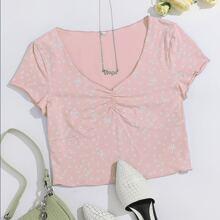 Crop T-Shirt mit Gaensebluemchen Muster und Rueschen vorn
