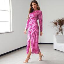 Vestido de muslo con abertura con fruncido con estampado de paisley