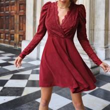 Figurbetontes Kleid mit V Kragen und Spitzen