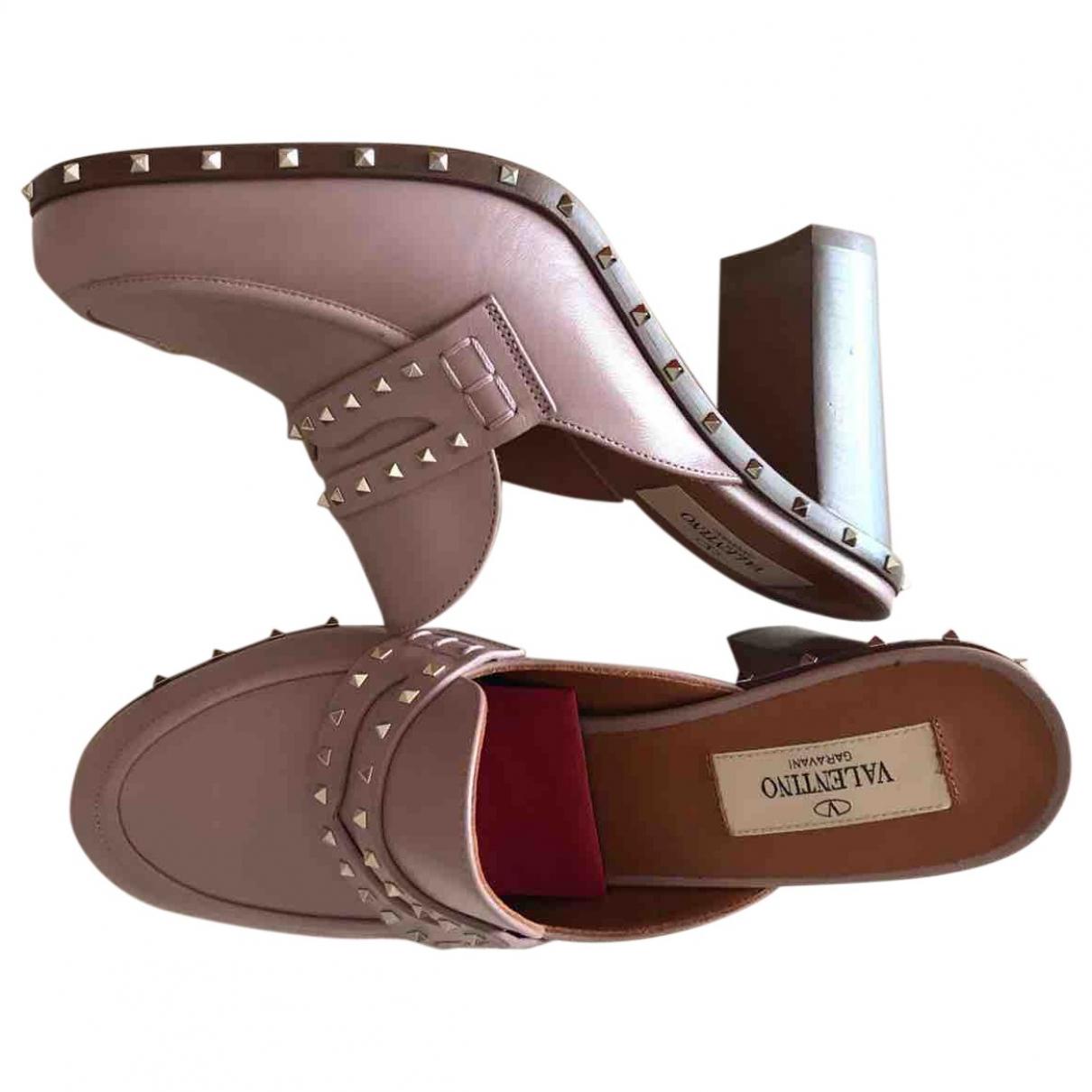 Valentino Garavani - Sabots Rockstud pour femme en cuir - rose