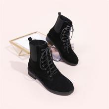 Minimalistische Chelsea Stiefel mit Band vorn