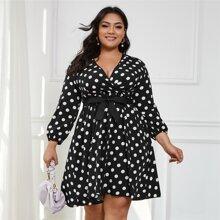 Kleid mit Punkten Muster, Guertel und V-Ausschnitt