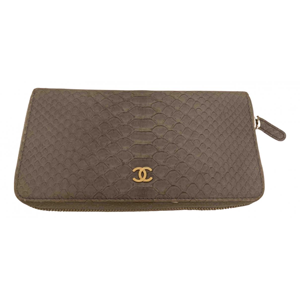 Chanel - Portefeuille   pour femme en serpent deau - gris