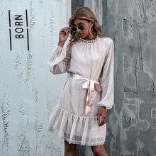 Kleid mit Ruesche am Kragen, Laternenaermeln, Spitzenbesatz und Selbstguertel und Punkten Muster
