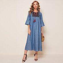 Kleid mit Raffung, Manchetten, Quasten, Band vorn und Stickereien