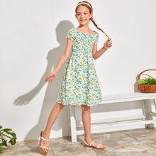 Figurbetontes Kleid mit Rueschenbesatz, Raffung und Bluemchen Muster