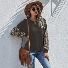 Sweatshirt mit Kontrast Leopard Muster und sehr tief angesetzter Schulterpartie