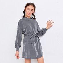 Sweatshirt Kleid mit sehr tief angesetzter Schulterpartie, Guertel und Kapuze