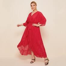 Kleid mit Fledermausaermeln, Rueschen, abfallendem Saum, Selbstband und Streifen