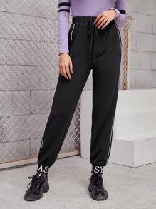 Pantalones con patron de letra con puntada en contraste