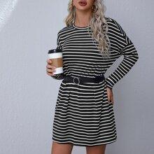 Kleid mit sehr tief angesetzter Schulterpartie und Streifen