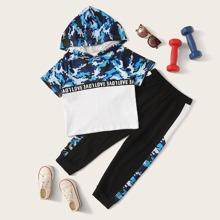 Camiseta con capucha de niñitos con cinta con letra panel de camuflaje con joggers