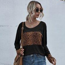 T-Shirt mit Kontrast Gepard Muster und sehr tief angesetzter Schulterpartie