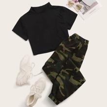 Reines T-Shirt mit Stehkragen und Hose mit Camo Muster