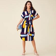 Shirt Kleid mit Geo Muster, gebogenem Saum und Guertel