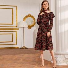 Kleid mit Ausschnitt, asymmetrischer Schulterpartie, Selbstguertel und Blumen Muster