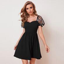 Kleid mit Pailleten, Netzstoff, Puffaermeln und Raffung hinten