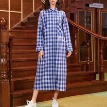 Kleid mit Buchstaben Grafik, sehr tief angesetzter Schulterpartie und Karo Muster