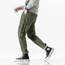 Pantalones cargo con bolsillos con solapa con parche de letra