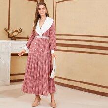 Kleid mit Kontrast Kragen, zweireihigen Knopfen, Falten und Punkten Muster ohne Guertel