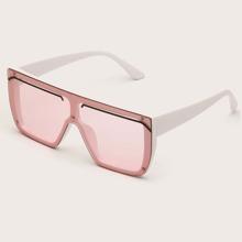 Sonnenbrille mit getonten Linsen und flacher Oberteil