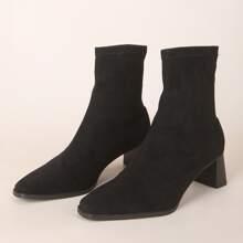 Minimalistische Stiefel mit klobiger Sohle