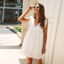 Kleid mit V Ausschnitt, Ose Stickereien und Rueschen