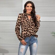 Bluse mit Schluesselloch Kragen und Leopard Muster