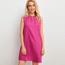 Kleid mit eingekerbtem Kragen und Bogenkante