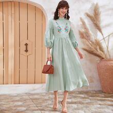 Kleid mit Stickereien Detail, Knopfen vorn und Ballonaermeln