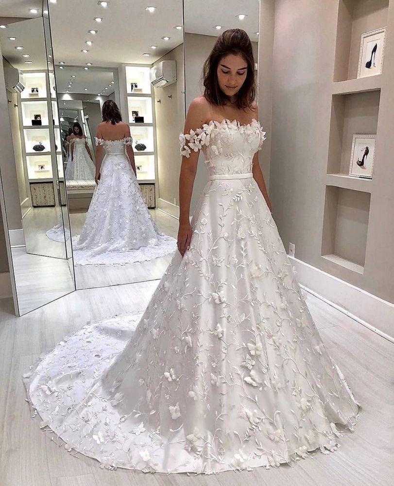 Elegante robe de mariee princesse bustier blanche a epaules denudees et train court