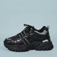 Sneakers mit Band vorn und klobiger Sohle