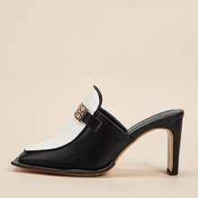 Zweifarbige Pantoffeln mit metallischem Dekor und klobigem Absatz