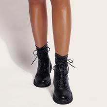 Minimalistische Stiefel mit Band vorn