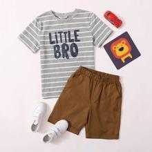 Conjunto de niños top con estampado de rayas y letra con shorts
