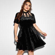 Samt Kleid mit Kaefighals