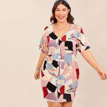 Kleid mit gerollten Fledermausaermeln und Geo Muster