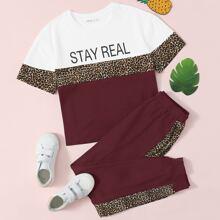Conjunto top de color combinado con estampado de slogan de leopardo con pantalones deportivos