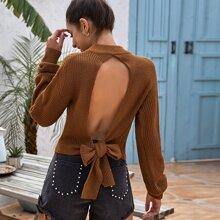 Pullover mit sehr tief angesetzter Schulterpartie, offener Rueckseite und Knoten