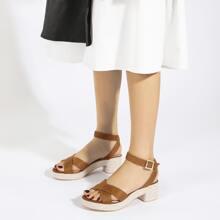 Sandalen mit Kreuzgurt und klobiger Sohle