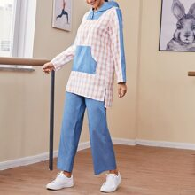 Capucha con bolsillo panel en contraste con pantalones