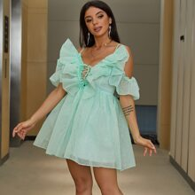 Schulterfreies Kleid mit Band und Netzstoff