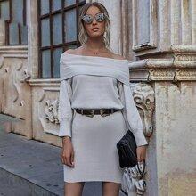 Schulterfreies Pulloverkleid mit Falten ohne Guertel