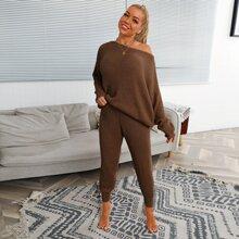 Pullover mit sehr tief angesetzter Schulterpartie und Fledermausaermeln & Hose Set