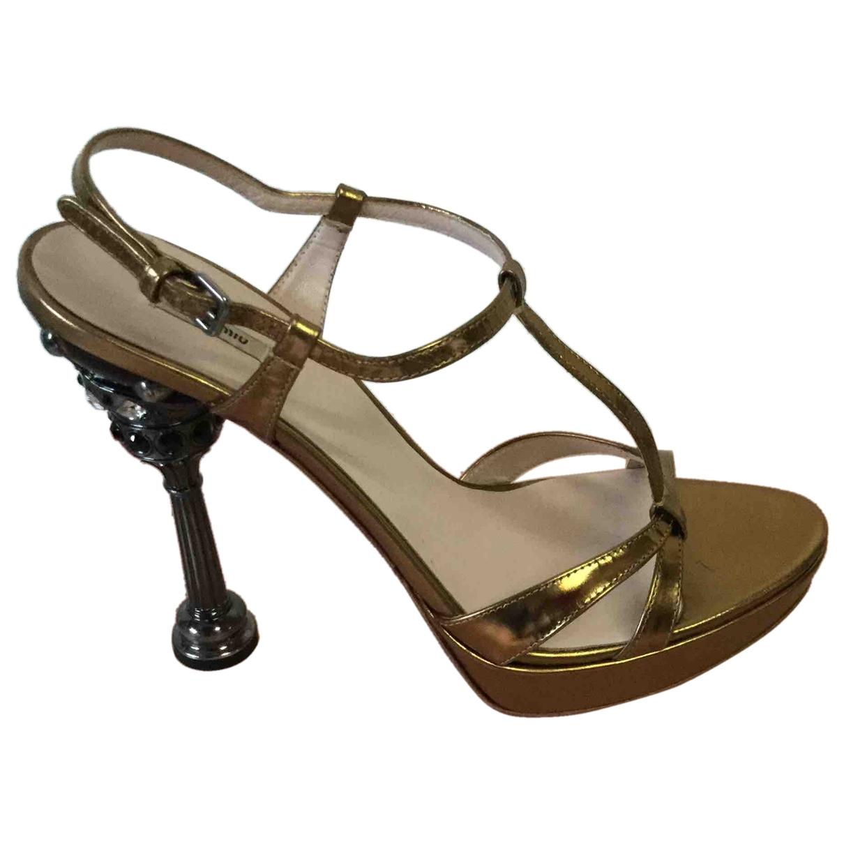Miu Miu \N Sandalen in  Gold Lackleder