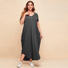 Kleid mit drapiertem seitlichem gebogenem Saum
