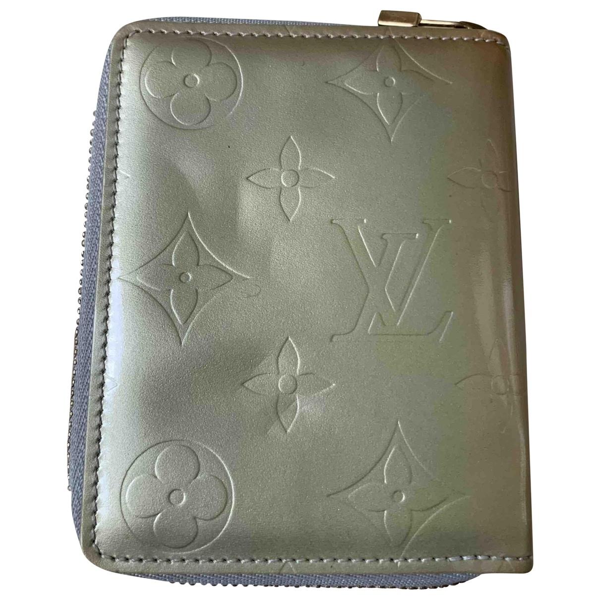 Louis Vuitton \N Portemonnaie in  Grau Lackleder