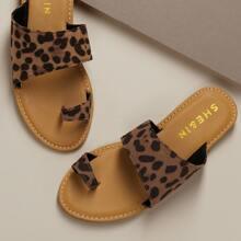 Sandalias planas de punta con estampado de leopardo