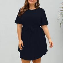 T-Shirt Kleid mit gebogenem Saum und Guertel